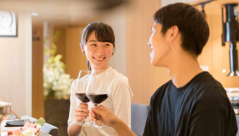 仙台駅を眺めながらのカップルシートは記念日やデートに人気。